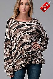 CAMO TWIST HEM LOOSE FIT TOP PLUS